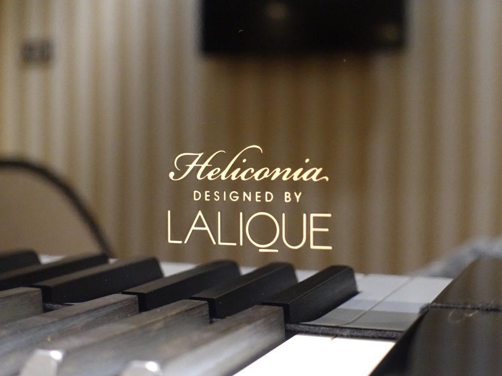 """ラリック """"Heliconia"""" 鍵盤 蓋内側の紋章"""